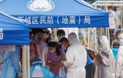 Pekín lucha por detener un nuevo brote de coronavirus que ya se ha extendido a las provincias vecinas